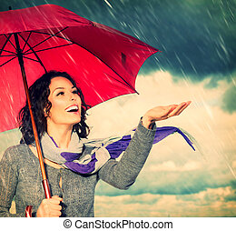 mulher sorridente, com, guarda-chuva, sobre, outono, chuva, fundo