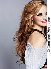 mulher sorridente, com, longo, cabelo ondulado, e,...