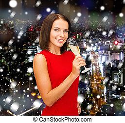 mulher sorridente, copo segurando, de, vinho cintilante