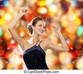 mulher sorridente, dançar, com, mãos levantadas