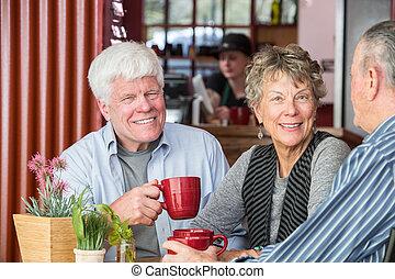 mulher sorridente, em, casa café