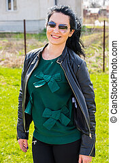 mulher sorridente, em, jardim