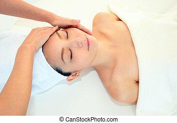 mulher sorridente, em, massagem, spa