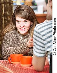 mulher sorridente, em, restaurante