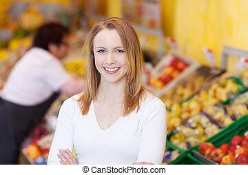 mulher sorridente, em, um, supermercado