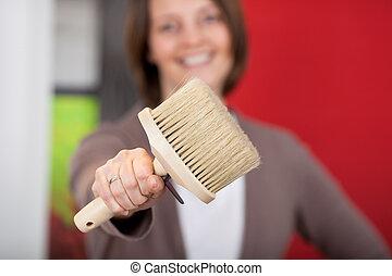 mulher sorridente, escova