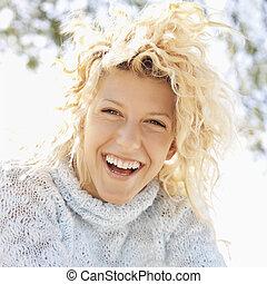 mulher sorridente, feliz