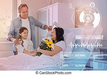 mulher sorridente, ficando dentro, um, cama hospital, e, dela, parentes, dar, dela, flores