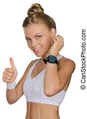 mulher sorridente, fones, relógio