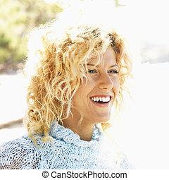 mulher sorridente, jovem