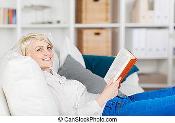 mulher sorridente, livro, relaxante