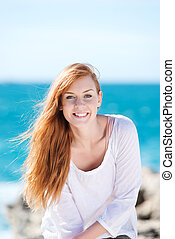 mulher sorridente, mar, deslumbrante