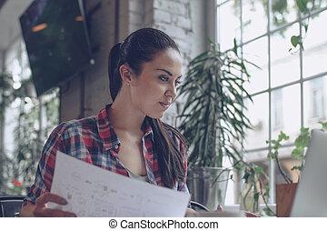 mulher sorridente, no trabalho