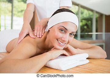 mulher sorridente, obtendo, um, massagem