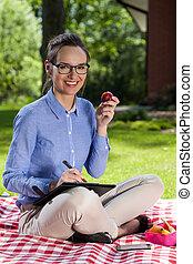 mulher sorridente, paperwork, jardim