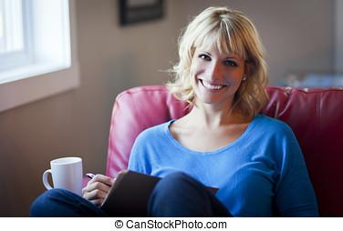 mulher sorridente, planificação, agenda, lar