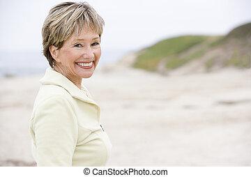 mulher sorridente, praia