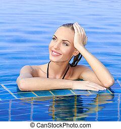 mulher sorridente, refletido, piscina