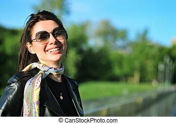 mulher sorridente, rua, menina, retrato, sunglasses., jovem