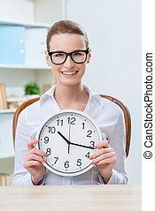 mulher sorridente, segurando, relógio