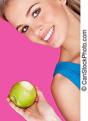 mulher sorridente, segurando, um, mordido, maçã