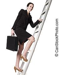 mulher sorridente, subindo, a, escada