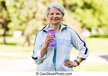 mulher, sporty, parque, garrafa água, sênior