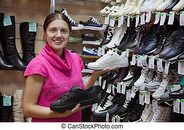 mulher, sporty, sapatos, chooses