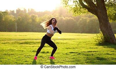 mulher, squats, nature., jovem, muscular, exercício aptidão