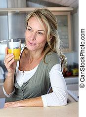 mulher, suco, loura, laranja, retrato, bebendo, cozinha
