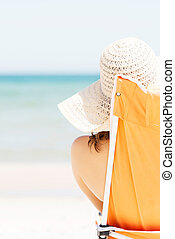 mulher sunbathing, e, relaxante, ligado, praia.