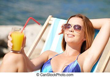 mulher sunbathing