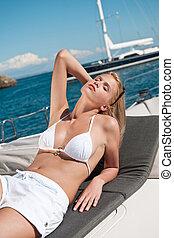 mulher sunbathing, iate, biquíni, luxo, loura
