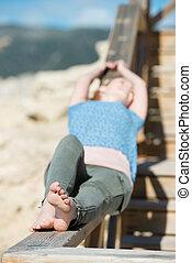mulher sunbathing, mar