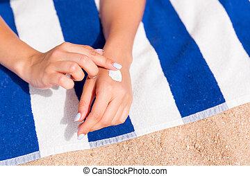mulher sunbathing, sol, mão, closeup, pôr, creme, praia, antes de