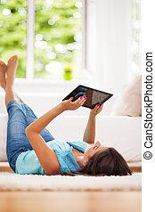 mulher, tabuleta, digital, lar, usando