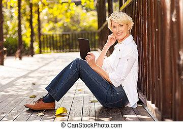 mulher, tabuleta, idade, meio, computador, ao ar livre, usando