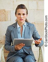 mulher, tabuleta, negócio, interessado, pc, trabalhando, terraço
