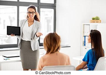 mulher, tabuleta, negócio, mostrando, pc, equipe, escritório