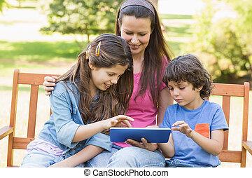 mulher, tabuleta, parque, crianças, digital, usando