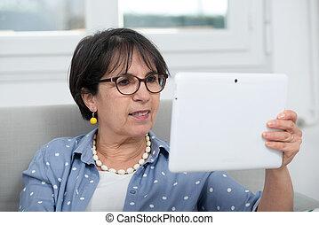 mulher, tabuleta, sentando, sofá, morena, maduras, digital, usando