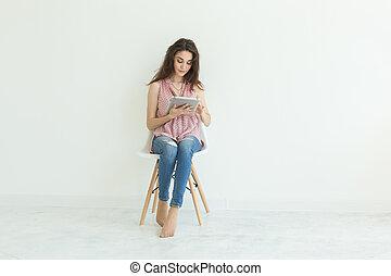 mulher, tabuleta, trabalhando, sentando, concept-, pessoas, jovem, negócio, cadeira, tecnologia