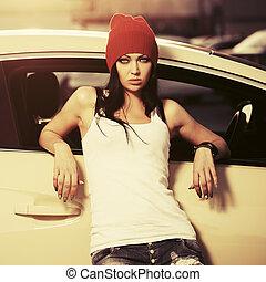 mulher, tanque, dela, car, topo, jovem, moda, hipster, inclinar-se, branca