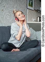 mulher, telefone, música, atraente, usando, retrato, esperto, escutar