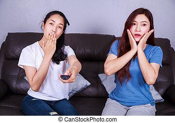 mulher, televisão assistindo, sofá, assustado, sentando, dois