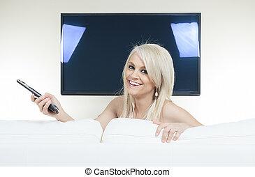 mulher, televisão assistindo, sofá, jovem, feliz