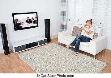 mulher, televisão assistindo, sofá, sentando, enquanto