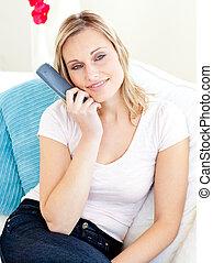 mulher, televisão assistindo, sofá, sentando, glowing, loura