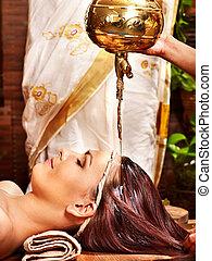 mulher, tendo, ayurvedic, spa, treatment.