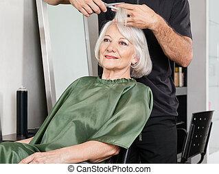 mulher, tendo, corte cabelo, em, salão